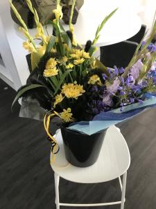 Blommor för matchens lirare i lagens färger